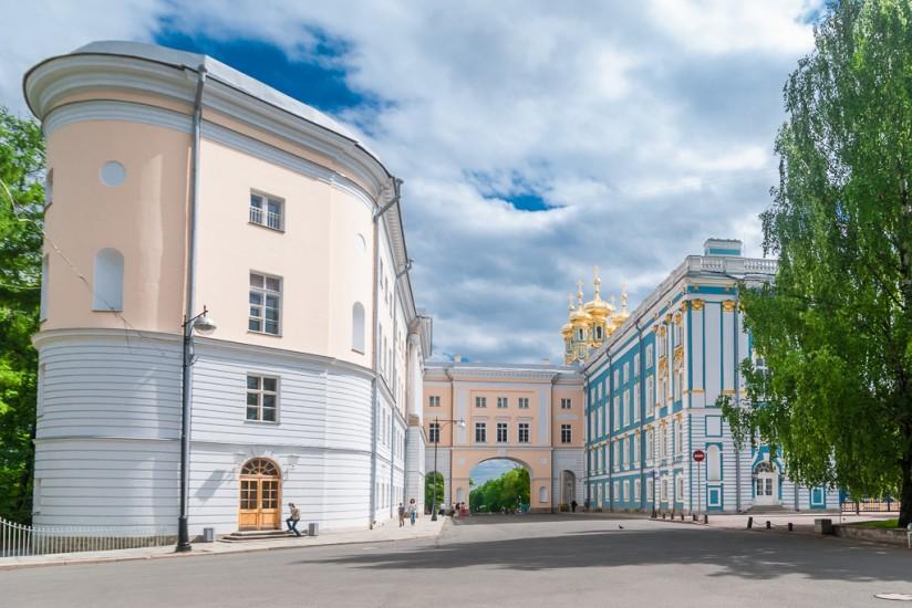 C'est le lycée que le grand poète russe Pouchkine avait fréquenté et où il était apparu devant un jury présidé de Gavrila Derjavine où il avait brillamment déclamé ses premiers poèmes.