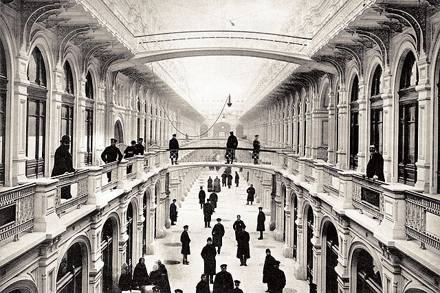L'intérieur du Goum à l'ouverture en 1893. Интерьер ГУМав 1893 году.