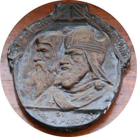 Relief avec Cyrille et Méthode sur une porte, à Bratislava - Slovaquie