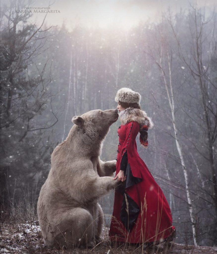 photo femme ours russie 875x1024 - Rencontre avec la photographe russe Margarita Kareva. Маргарита Карева