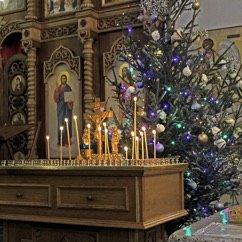 Photo de cierges et d'un sapin dans une église en Biélorussie pour le noël orthodoxe