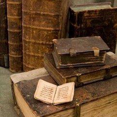 """Photo de vieux livres en illustration de l'article """"Quel livre de grammaire pour apprendre le russe"""""""