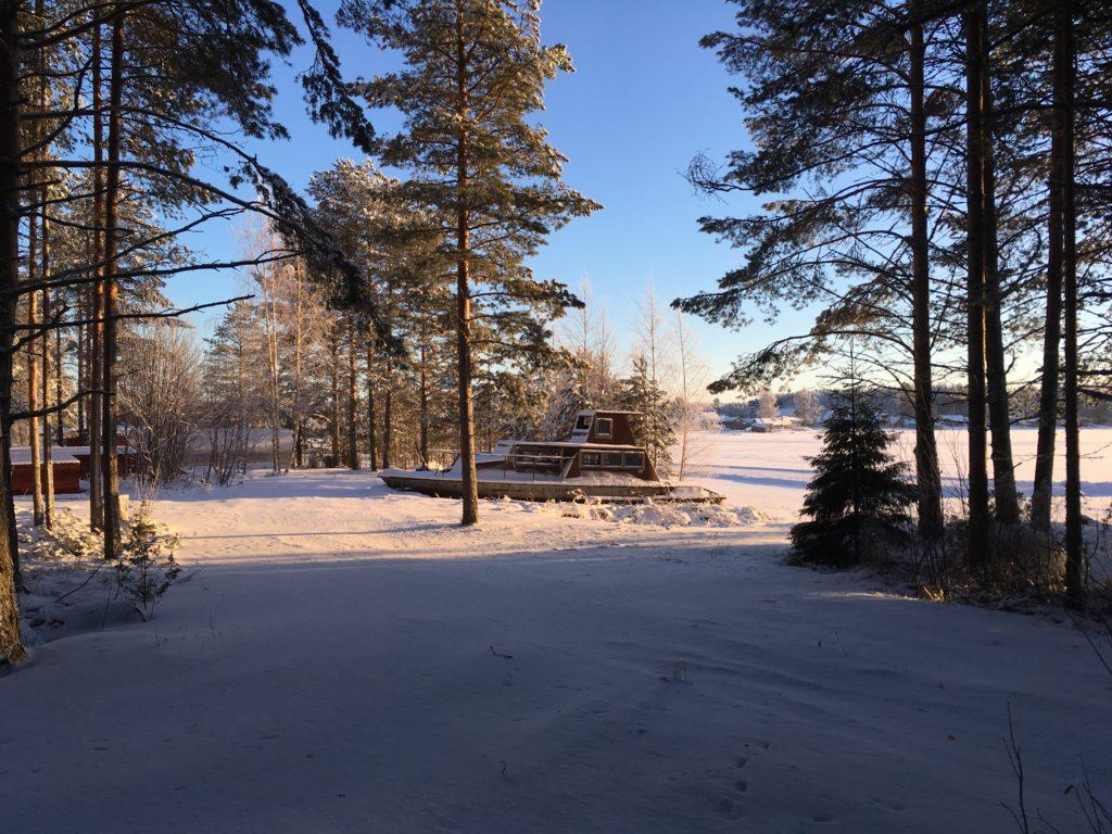 Bateau sous la neige koudama Russie 1024x768 - Fêter le Nouvel An en Russie et apprendre le russe ! C Новым годом!