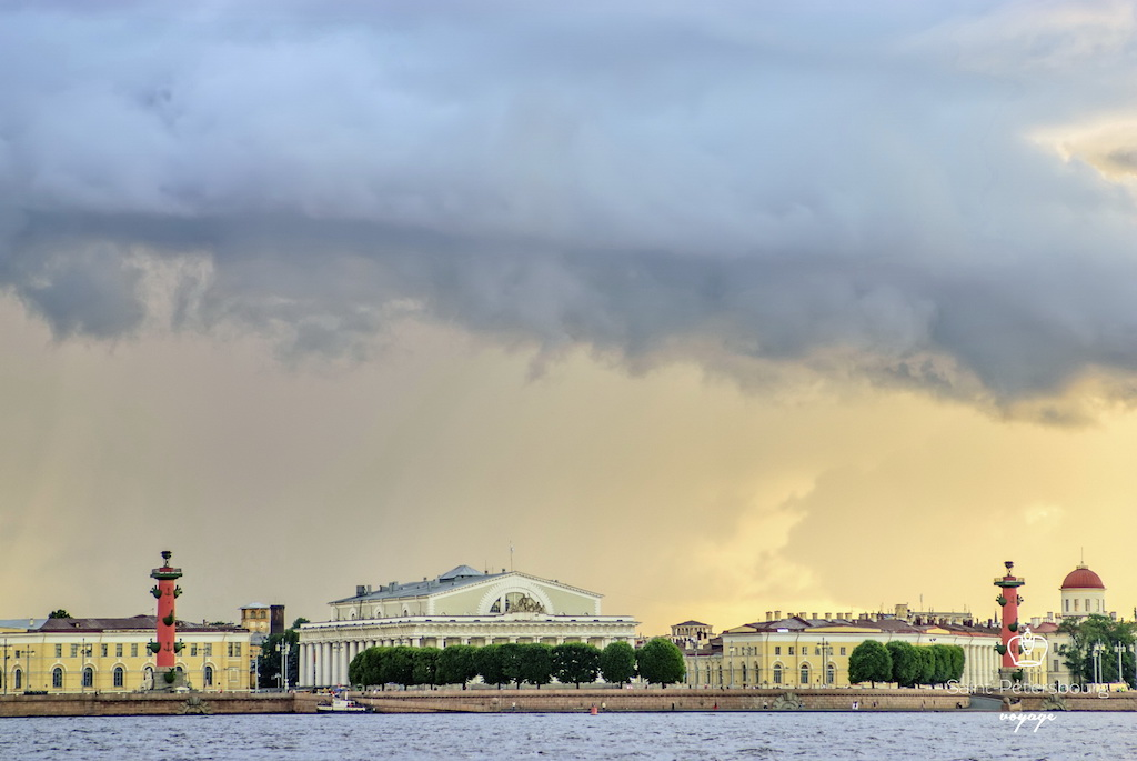 Ile Vassilievski colonnes rostrales Neva Saint Pétersbourg Санкт Петербург Васильевский остров - Stage de Russe à Saint-Pétersbourg, Niveau Elémentaire