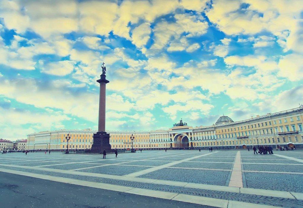 La colonne d'Alexandre sur la place du Palais. En arrière-plan, le Palais de l'état-major. Дворцовая площадь.