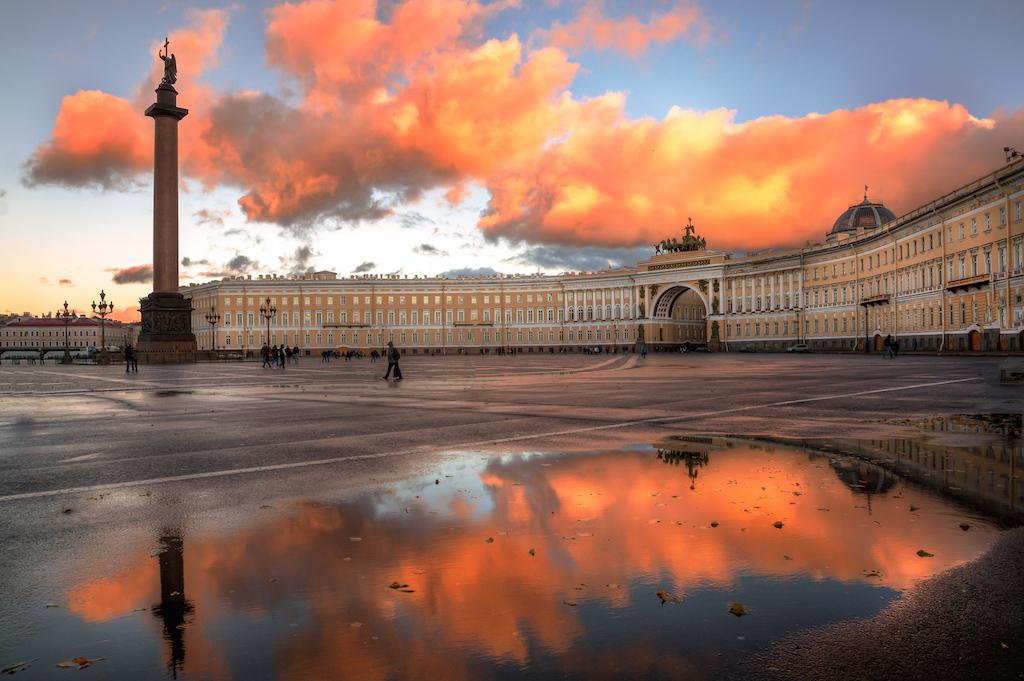 Place du Palais colonne Saint Alexandre réflexion Дворцовая площадь Александровская колонна Главный штаб - Stage de Russe à Saint-Pétersbourg, Niveau Elémentaire