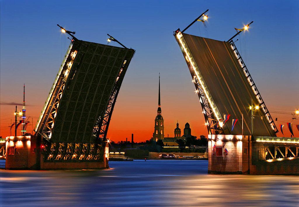 La pont du Palais levé et au fond, la forteresse Pierre et Paul. Дворцовый мост и Петропавловская крепость