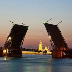 Saint Petersbourg ponts levés Санкт Петербург поднятый мост 242x241 - Stage de Russe Débutant à Saint-Pétersbourg Août 2019