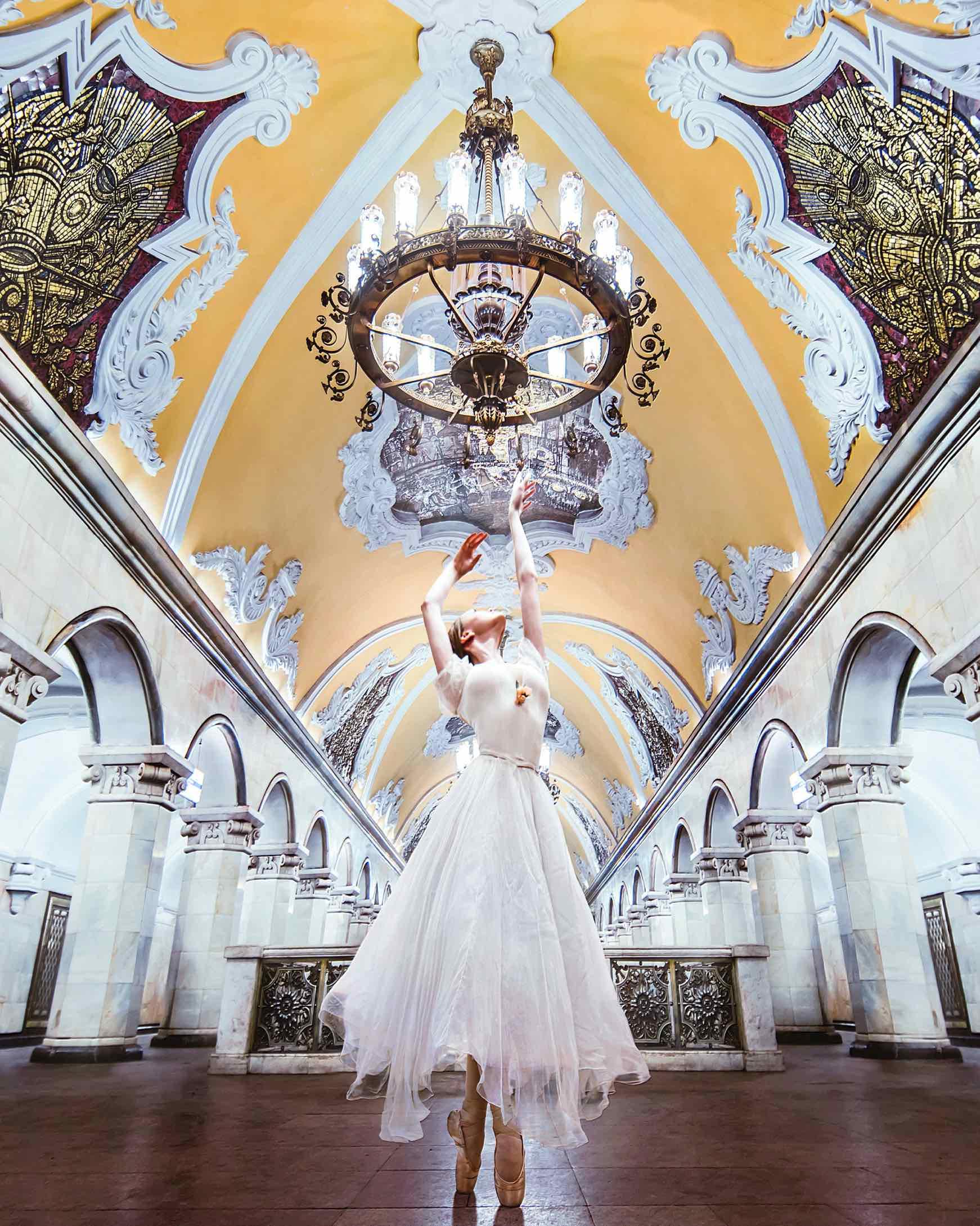 Danseuse russe dans le métro de Moscou utilisé dans la page Russe Intensif Intermédiaire - 52 cours en une année