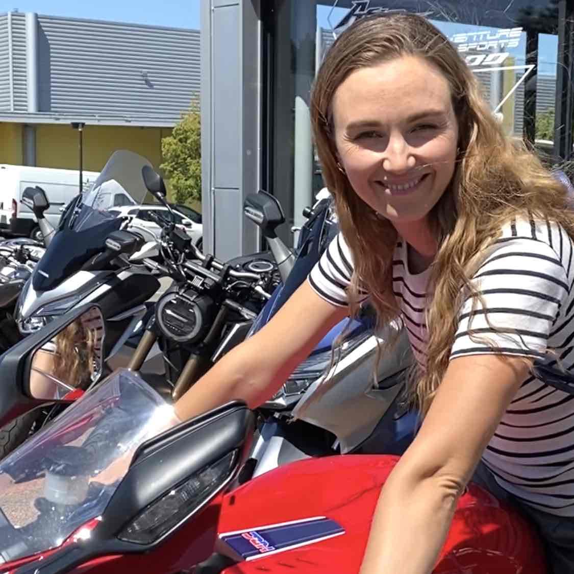 Une femme sur une moto rouge